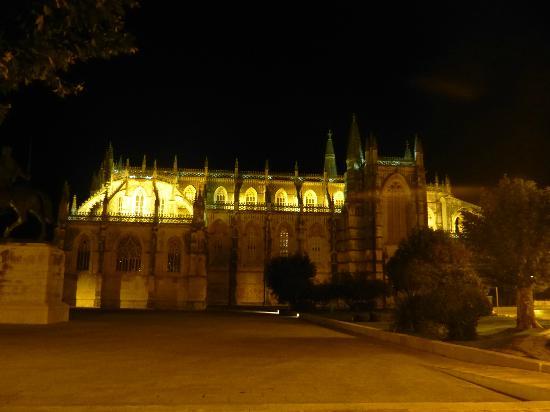 Hotel Mestre Afonso Domingues: Monastère la nuit