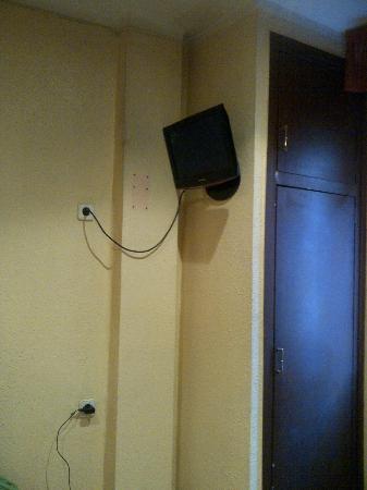Hostal Barcelona: Televisión y armario