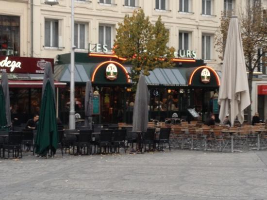 Les 3 Brasseurs : no English speaking waiters but loads of fun