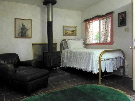 Big Foot RV Park & Cabins: Hummingbird Cabin Living Room