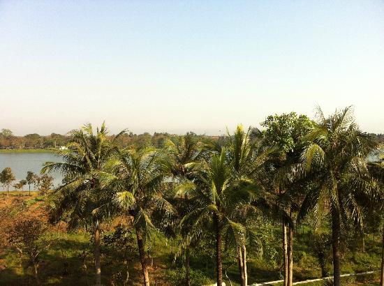La Residence Hue Hotel & Spa: Sicht vom Balkon auf den Parfümfluss 