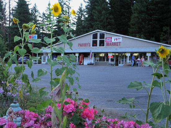 Big Foot RV Park & Cabins: Grocery Store across the street
