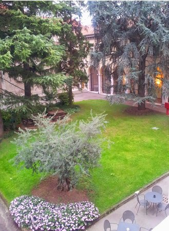 Centro Paolo VI : Giardino interno (parte)