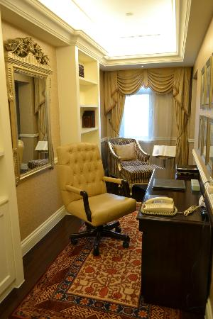 Raffles Beijing Hotel: Library / Office Area