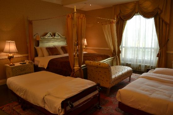 Beijing Hotel NUO: Our Bedroom with additional beds as per our request