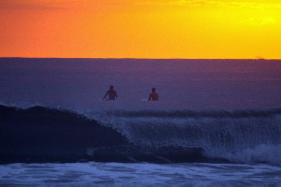 Shaka Beach Retreat: Sunset surfing :)