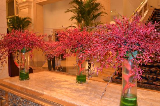 Beijing Hotel NUO: flowers in the foyer
