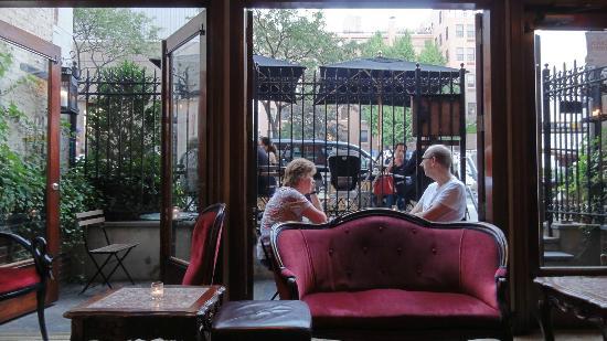 Park South Hotel : Petite terrasse extérieure côté rue