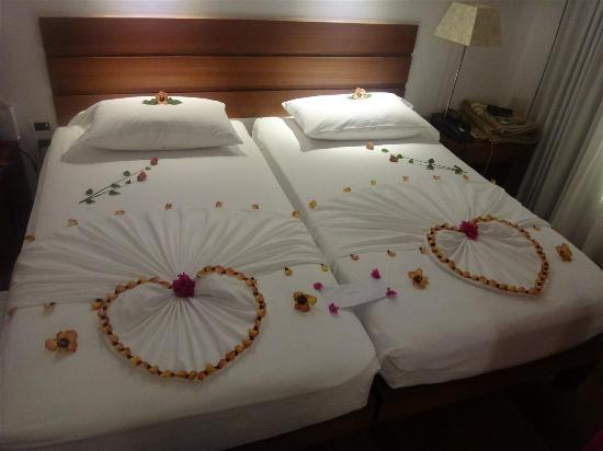 Diamonds Thudufushi: Bed Decoration