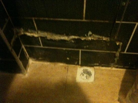 Sefa Hotel: Dirty tiles and flooding floors