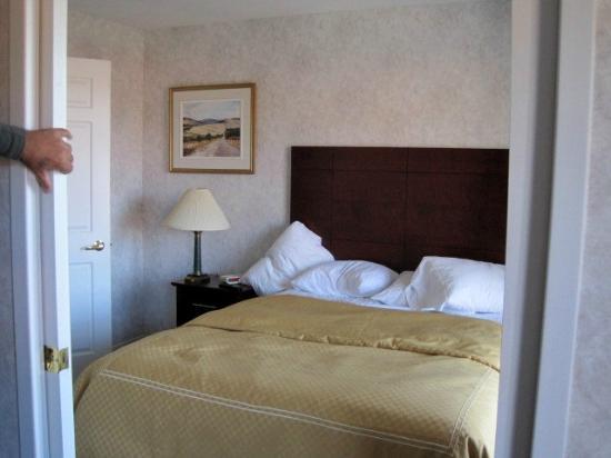 Quality Suites Mont Sainte Anne: chambre avec vue sur le Saint-Laurent et balcon