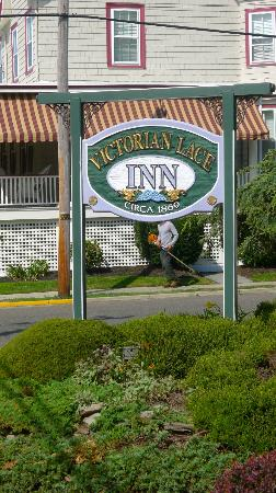 Victorian Lace Inn: The hotel sign from the outside