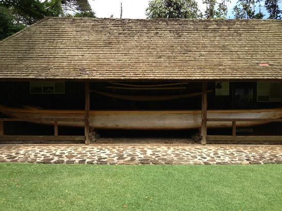 Hale Hoʻikeʻike at the Bailey House: Loved the Canoe display in the garden...