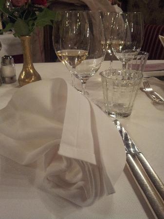 Schloss Hotel Korb: Liebevoll gedeckter Tisch mit frischen Blumen aus dem Garten