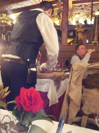 Schloss Hotel Korb: Fachkundiges tranchieren am Nebentisch