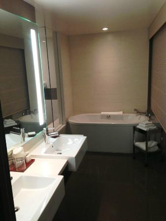 Vdara Hotel & Spa: Bathroom with Tub in City Corner Suite