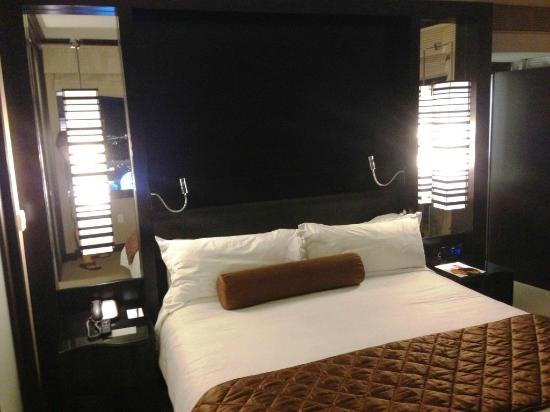 Vdara Hotel & Spa: Bedroom in City Corner Suite