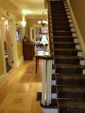 DesBarres Manor Inn: View of front hallway as you come in