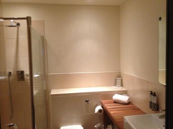 Hotel Maiyango: walk in shower, Thai style furniture