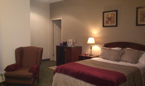 Peterborough Inn & Suites Hotel: Room 403