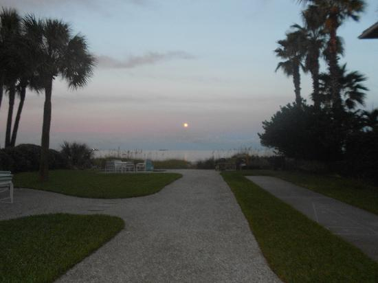 Tommy's on the Beach: Early morning full moon view from room!