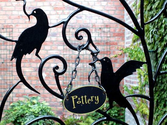 ماين ستريت هوتل: Entrance to the Pottery