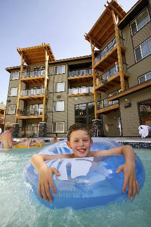 Mountain Spirit Resort: Enjoying a swim