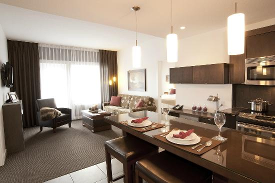 Mountain Spirit Resort: kitchen and living