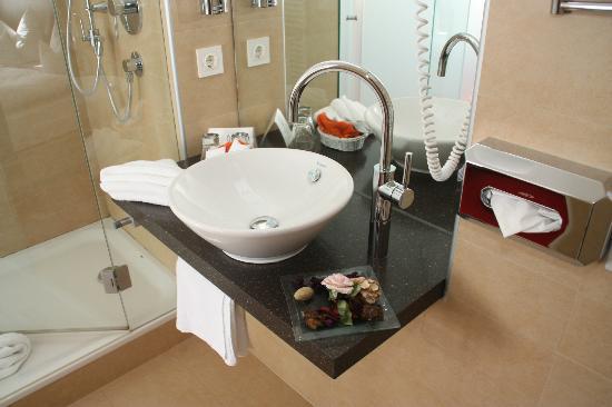 Galerie-Hotel Bad Reichenhall: Bagno doccia moderni e pulitissimi