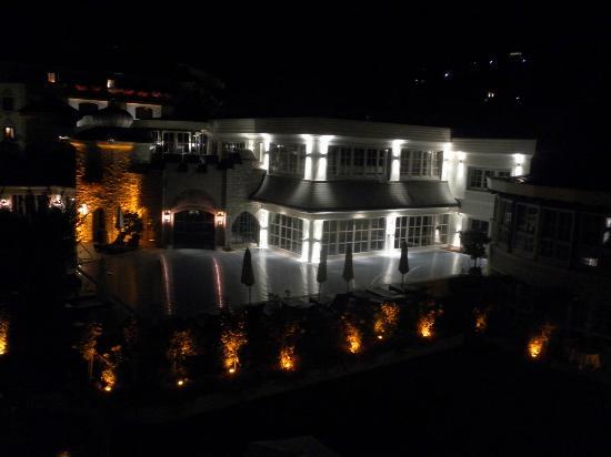 Hotel Salzburgerhof: Garden by night