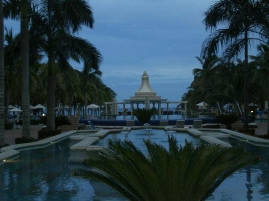 Hotel Riu Palace Riviera Maya: Facing towards the beach at night