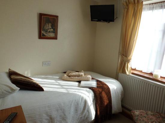 The Elms: Downstairs Single Bedroom with en-suite bathroom