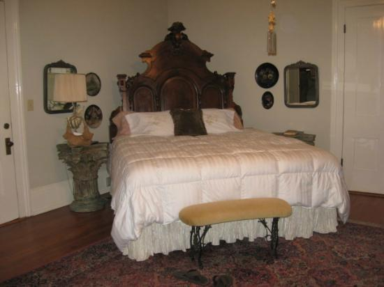 Shadowlawn Bed & Breakfast: Victorian/King Suite
