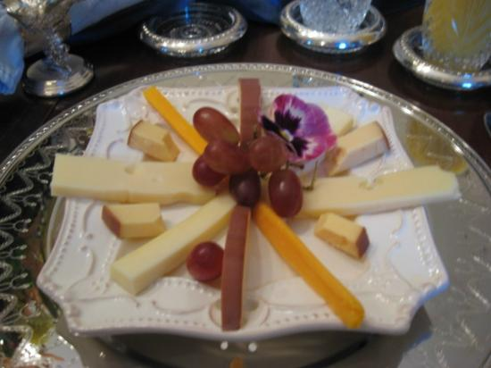 Shadowlawn Bed & Breakfast: First course of breakfast-gourmet cheese plate