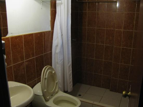 Hostal Pakarina: bathroom 204