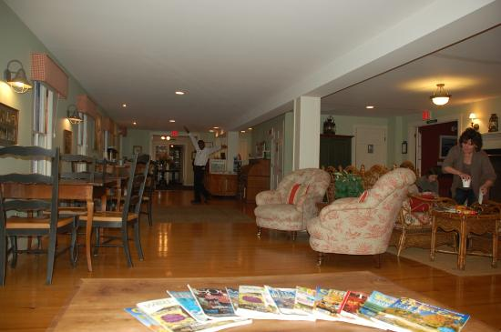 Newagen Seaside Inn: Lobby with dancing staff