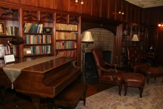‪‪Castle Hill Resort And Spa‬: Main Floor Library‬