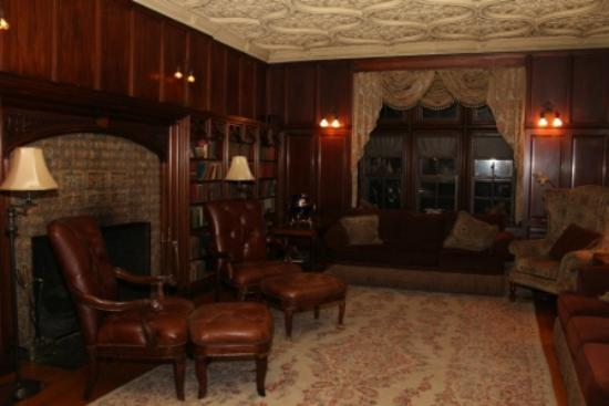 Castle Hill Resort And Spa: Main Floor Library
