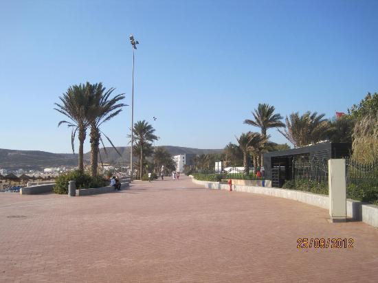 Seafront promenade : L'entrée du Culb Med par la promenade