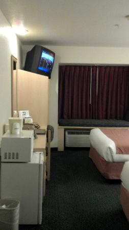 Microtel Inn & Suites by Wyndham Modesto Ceres: Tv and window seat