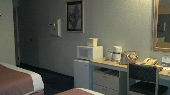 Microtel Inn & Suites by Wyndham Modesto Ceres: Refrigerator and microwave