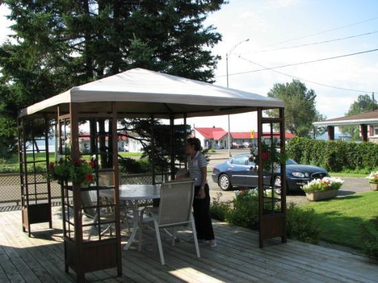 Auberge Motel La Becassine: Table patio pour manger dehors
