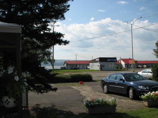 Auberge Motel La Becassine: Situé sur la route 138