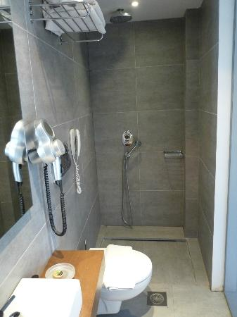 Oktober Downtown Rooms: bathroom with no door but fab rainforest shower
