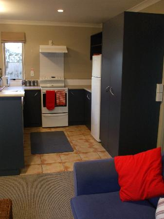Raglan Sunset Motel: Tui Suite kitchen
