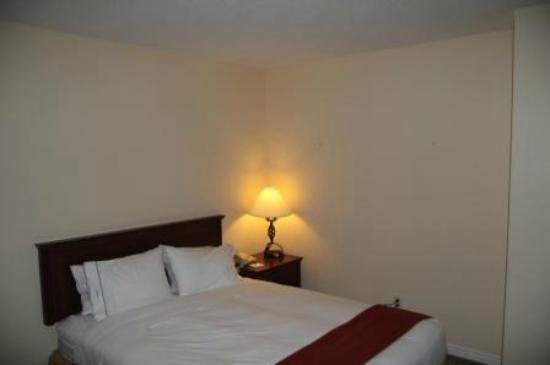 Hotel Faubourg Montreal: Une des deux chambres... aussi accueillante qu'un hôpital