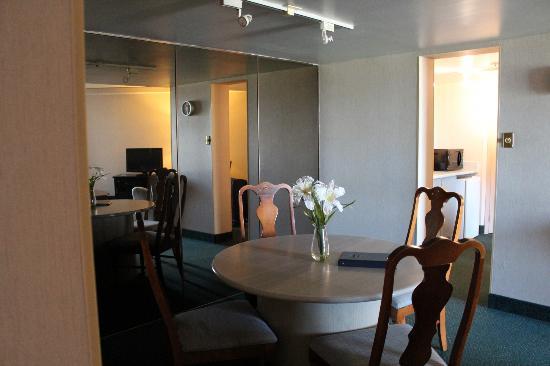 ترافل لودج هوتل بيلفيل: Dining Room 