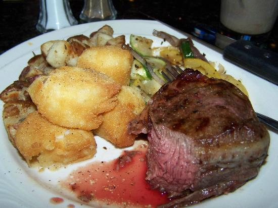 GS Steamers Bar & Grill: Bacon wrapped sirloin with fried scallops