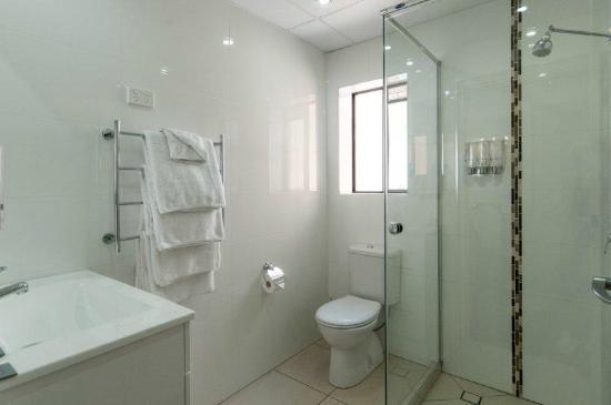 โรงแรมคอมฟอร์ทอินน์ & สวีทส์ โรเบิร์ทสัน การ์เด้นส์: Bathroom in a self-contained Villa