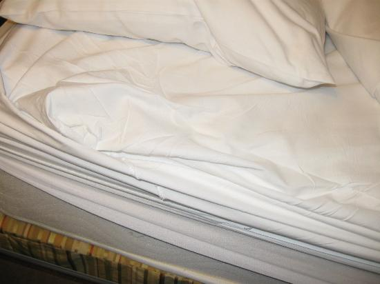 Wyndham Old Town Alexandria: sheets too short for bed